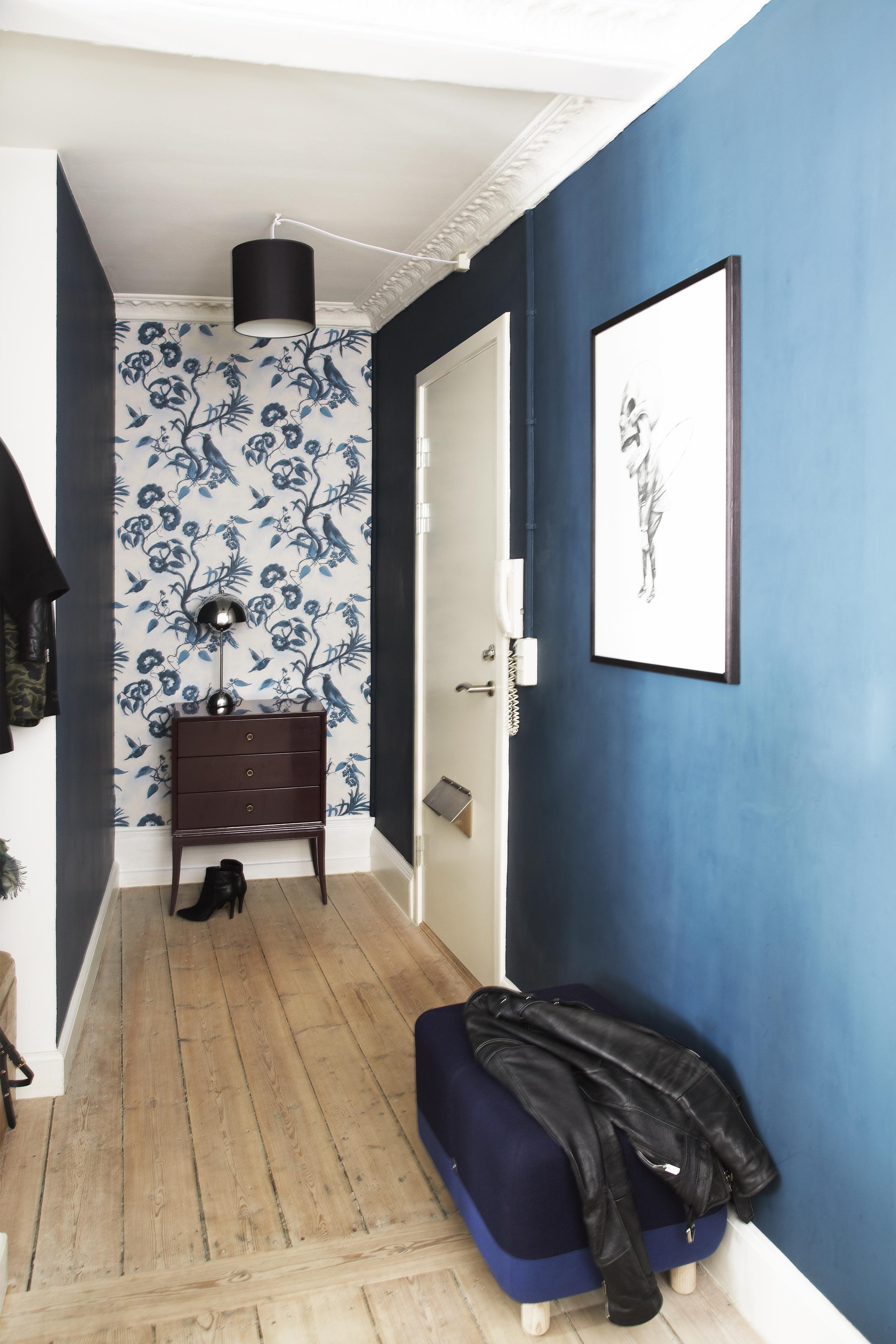 Rum med blå vægge og blåt og hvidt tapet.